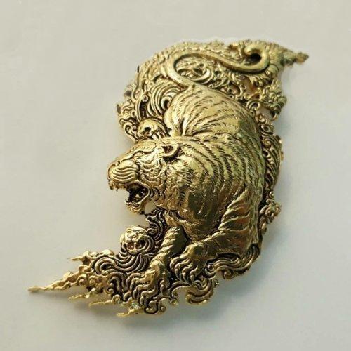 เข็มกลัดเสือ พญาไพร เนื้อทองเหลือง ขนาด 3.5 x 6 ซม.
