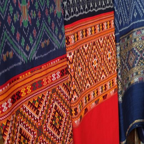 ผ้าซิ่นตีนจก ลาวครั่ง ความงามศิลปะบนเส้นฝ้าย ร้อยเรียงด้วยวิถี เต็มที่ด้านวัฒนธรรม