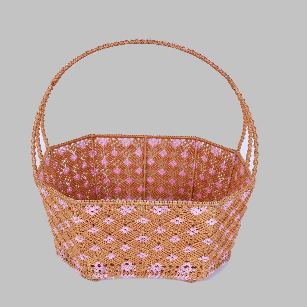 ตะกร้าโครงเหล็กสานด้วยไนลอนลายดอกไม้สีชมพู ผลิตโดยกลุ่มแม่บ้านโสกงูเหลือม ต.ขุนทอง อ.บัวใหญ่ จ.นครราชสีมา