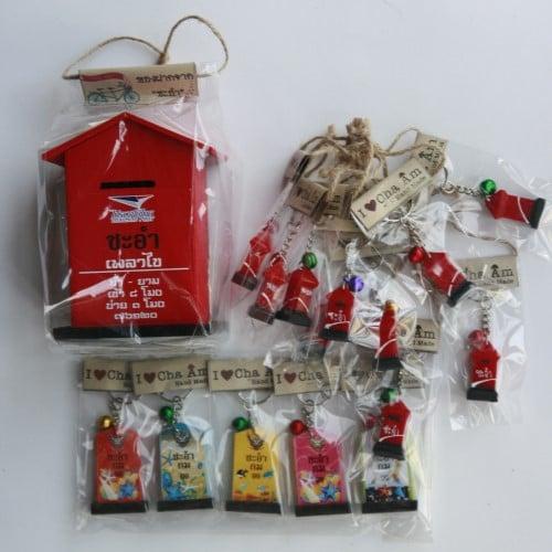 สินค้าที่ระลึก จังหวัดเพชรบุรี ชุดที่ 5 (กระปุกออมสินเล็กสีแดง พวงกุญแจรูปตู้ไปรษณีย์ และ พวงกุญแจหลักกิโลคละสี)