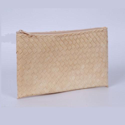 กระเป๋าถือสุภาพสตรี สานจากต้นกกเอนกประสงค์ ตำบลตาเป็ก อำเภอเฉลิมพระเกียรติ จังหวัดบุรีรัมย์