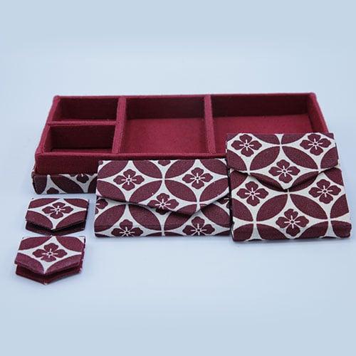 ชุดกล่องนักเดินทาง สีแดง ลายดอกจิก