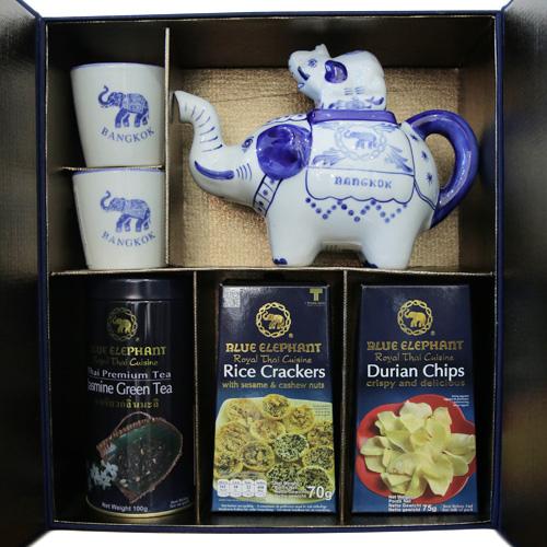 ชุดชาและขนมในกล่องผ้าไหม