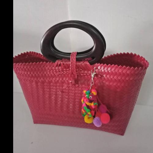 กระเป๋าสานหูไม้สีแดง (ราคาไม่รวมพู่)