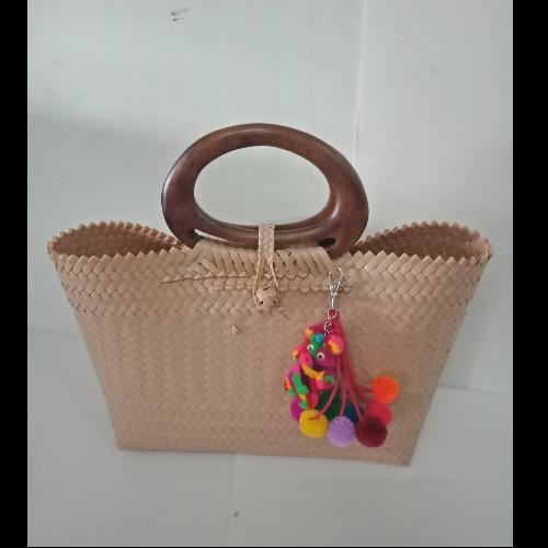 กระเป๋าสานหูไม้สีน้ำตาลเทา (ราคาไม่รวมพู่)