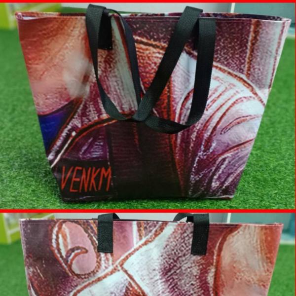 กระเป๋าไวนิลช๊อปปิ้ง สีแดง ลายกราฟฟิค (มีเพียง 1 ใบ)