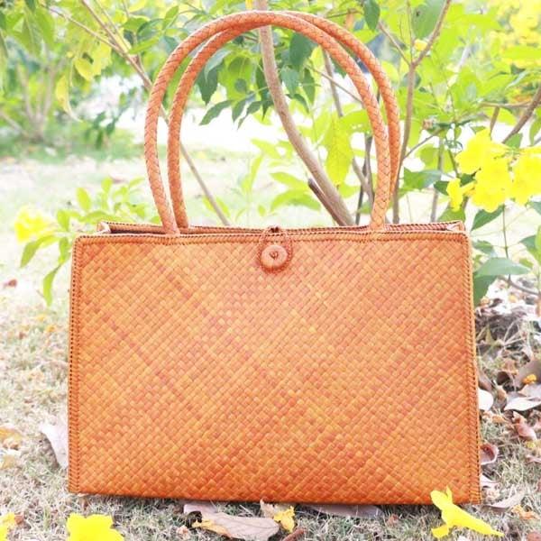กระเป๋าสานใบเตยหนามใบใหญ่ สีน้ำตาล