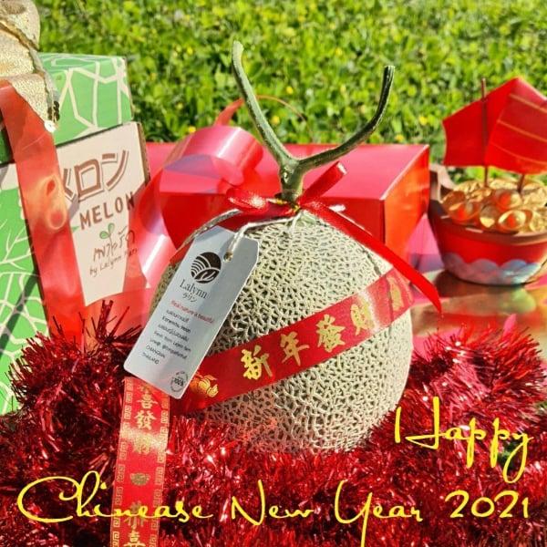 เมล่อนญี่ปุ่นในกล่องของขวัญต้อนรับเทศกาลตรุษจีน เฮง เฮง เฮง ขายเป็นแพ็คคู่ผูกโบว์ พร้อมส่งเป็นของขวัญในช่วงเทศกาล