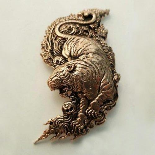 เข็มกลัดเสือ พญาไพร เนื้อทองแดง ขนาด 3.5 x 6 ซม.