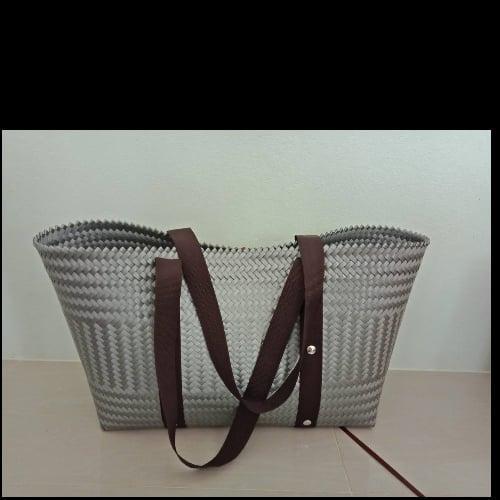 กระเป๋าสานเส้นพลาสติกเฉลียงหูลายสปัน สูง 22 cm.